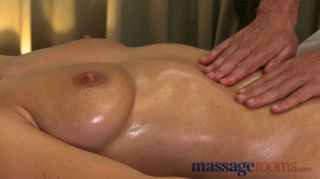 Massageräume - natürliche Brust geölt
