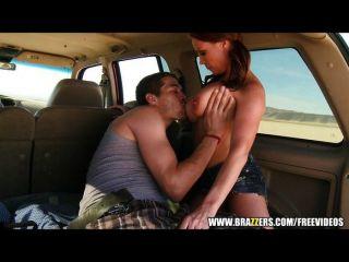 brazzers - Cowgirl reitet Hahn in ihrem Auto