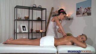 Massageräume atemberaubende Blondine hat Orgasmen