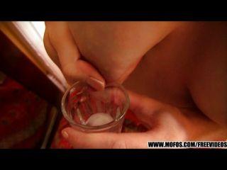 laura Bäche melkt ihre Titten dann mit Schlitz spielen