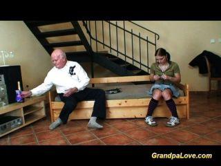 alter Mann fickt junge Küken