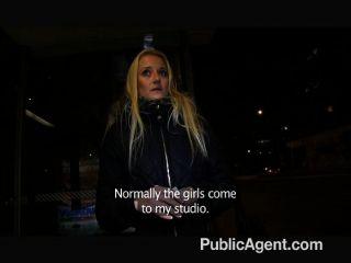 publicagent - blonde fickt mich in einem öffentlichen