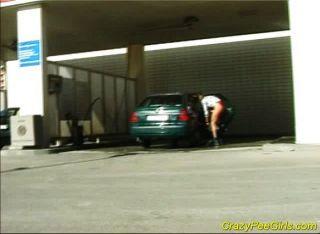 Pinkeln vor dem Waschen Auto