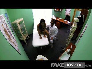 fakehospital - schlanke junge Student abspritzt