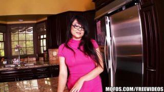 kleine asiatische Frau spielt in der Küche