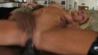 blonde saugt und einen großen schwarzen Schwanz ficken