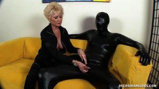 dominante Oma dominiert ihren Sklaven