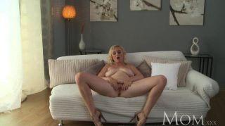Mutter Blonde MILF lässt uns ihre cum beobachten