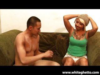 sexy blonde Band ihre Hündin auf pegging
