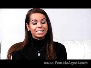 femaleagent - erste schüchterne lesbische Erfahrung