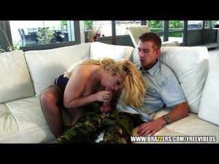 vollbusige blonde MILF ist gefangen und gefickt