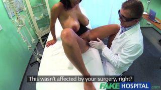 fakehospital - Ärzte drehen seine Hände zu bekommen
