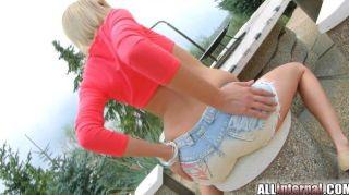 Allinternal langbeinige Blondine schiebt Sperma aus Arsch