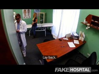 fakehospital - junge blonde nimmt eine Sahnetorte