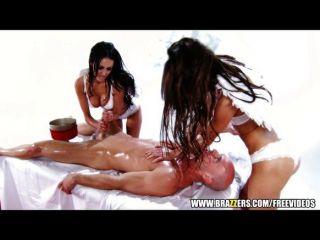 Paar geilen Brünetten ein glücklicher Kerl Massage