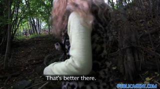 publicagent - junge Blondine in Wald genommen