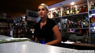 hot tschechische Barkeeper für schnellen Fick bezahlt