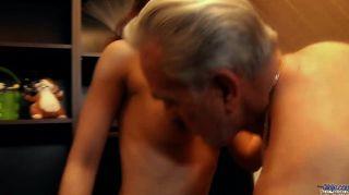 dankbar junge Schlampe dank Opa mit Sex