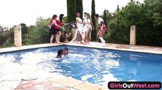 Mädchen aus Westen - lesbisch Pool Orgie
