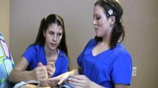 zwei Krankenschwestern ihre Patienten melken