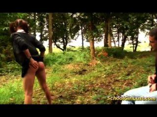 Schülerin ist in den Wäldern geschraubt