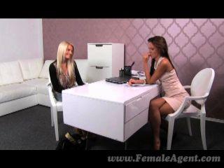 femaleagent - atemberaubende Blondine schlägt einen Deal