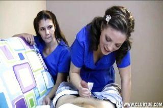 zwei Krankenschwestern Ruck einen Patienten aus