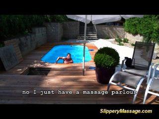 Pool-Junge genießt eine rutschige nuru Massage