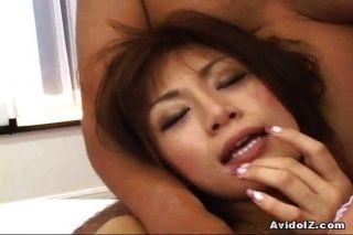 Japanische Babe bedeutet Spaße für zwei Jungs