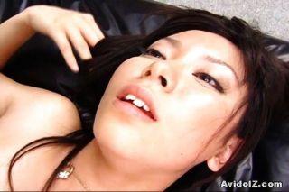 sexy satomi maeono auf einer Couch gefickt
