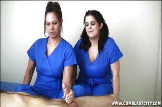 Krankenschwestern extrahieren eine riesige abspritzen
