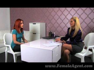 femaleagent - bisexuell Rotschopf gefällt MILF