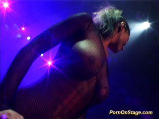 vollbusige-Sex-Show auf die öffentliche Bühne