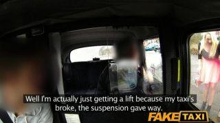 faketaxi cabbie bekommt Blowjob von 2 babes