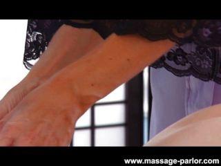 kira sinn bekommt eine Labien Massage aus Indien
