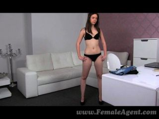 femaleagent - wunderschöne Frau bekommt Agent nass