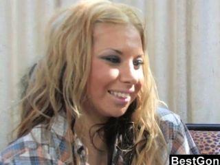 Lesbo Verführen hot blonde Fundraiser