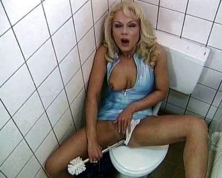 WC Schlampe liebt und saugen ficken