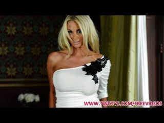 unglaublich sexy Blondine zeigt ihren Körper