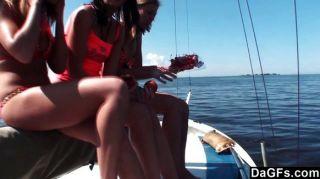 drei Jugendliche ein ein Boot