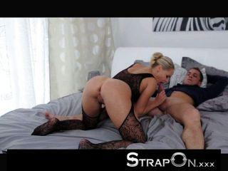 strapon - Doppel pentration für sexy blonde