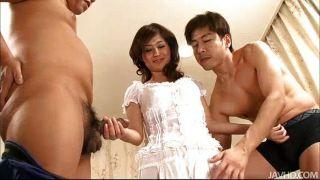moe Yoshikawa neckt zwei Jungs