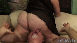 bbw angelina erdrückt einen Kerl mit ihrem fetten Arsch