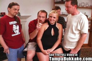 dick Teen Frau bekommt ihre erste Bukkake-Party!