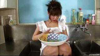 AOI in der Küchenspüle ihre großen Titten geölt