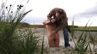 blonde Schlampe Leine und am Strand verloren