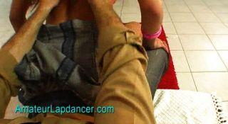vollbusige Mädchen mit intimen Piercings lapdances