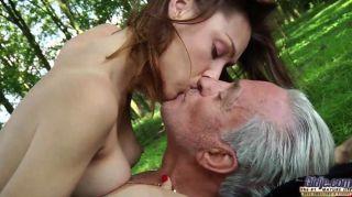 Vagabund alter Mann fickt eine Teeny im Wald