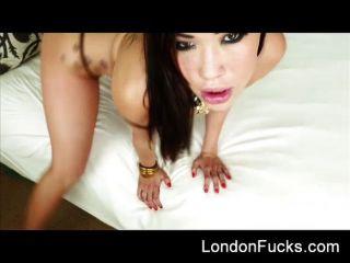 London Keyes bekommt eine schmutzige mitten ins Gesicht