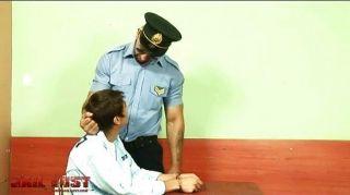 sehr schlecht Junge durch brutale Homosexuell Polizist gefickt